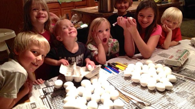 Jeubs Decorating Eggs